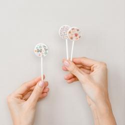 DRAUGIŠKI LEDINUKAI! Teisingai, būna ir tokių. Mes ledinukus gaminame iš izomalto, kuris visiškai nekenkia dantų emaliui, taip pat tinka ir diabetu sergantiems. Ledinukus rasi mūsų el. parduotuvėje www.kepejai.lt, taip pat ir studijoje Tilto g. 6. #lolypops #tiekepejai #desertai
