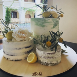 Italija pelno mūsų simpatijas ne tik kalbant apie skaniausių desertų receptus ar meistrišką futbolą, bet ir apie inspiracijas tortų dekorui. Alyvmedžiais ir citrinomis kvepiančios Sicilijos dalelę šį kartą perkėlėme ant trijų skonių dekonstruoto torto. #itališkastortas #weddingcake #inspiracija #vestuvinistortas #tiekepejai #tiknaturalusproduktaiirniekodaugiau