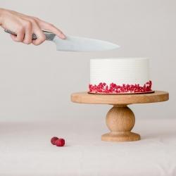 NORI PARAGAUTI TORTO, bet neturi progos? Gera žinia ta, kad karantinui po truputį švelnėjant, vėl studijoje turėsime ir pjaustomų tortų - tad išsinešimui ar suvalgymui lauke (kai tik šiek tiek atšils) galėsite išsirinkti ne tik desertą, bet ir torto porciją. O pradedame nuo klasikos - šiandien raikome nuostabaus prancūziško marcipaninio biskvito tortą su avietėmis ir maskarponės kremu. #tortas #gimtadieniotortas #tortassuavietėmis #tiknaturalusproduktaiirniekodaugiau #tilto6