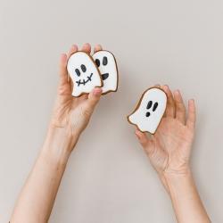 Negąsdiname, bet Helouvyno sausainiai sparčiai iškeliauja iš mūsų lentynų į jūsų namus. @tiekepejai @wolt.lietuva #www.kepejai.lt #tilto6 #helouvynas #halloweencookies #gingercookies