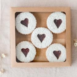AVIETĖMIS KVEPIANTI MEILĖS DIENA. Raudona sultinga avietė, mūsų manymu, per Valentino dieną galėtų drąsiai konkuruoti su kiek pabodusiomis braškėmis (pripažinkime, žiemą braškės ne pačios skaniausios). Tad studijoje rikiuojasi avietiniai sausainiai, keksiukai su avietėmis, avietiniai macaronsai, pistacijų sūrio tortai su avietėmis. Dar gali spėti pasirūpinti saldžia dovana - dirbsime šeštadienį 12-17 val., na o sekmadienį jau švęsime ir nedirbsime. #valentinodesertai #valentinodiena❤️ #avietės #tilto6 #tiknaturalusproduktaiirniekodaugiau #lovecookies #lovegift #saldidovana #švenciantiemsgyvenimą