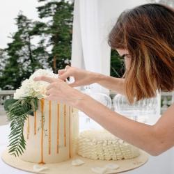 """TORTO SVORIS. Bene dažniausiai girdimas klausimas iš planuojančių šventę. Preliminarus skaičiavimas yra labai paprastas - rekomenduojame 100 gr. torto svečiui, kai šventėje suplanuoti ir kitokie desertai, taip pat tais atvejais, kai tortas užsakomas vaikų šventei, arba 150-180 gr. torto vienam valgytojui, kai tortas bus vienintelis saldumynas šventėje. Bet yra keletas """"bet"""": - kai norima kelių aukštų torto, yra tam tikras svoris, kuris reikalingas konkrečiam tortui, pvz. dviaukštį tortą rekomenduojame konstruoti 4-7 kg svorio, triaukštį tortą - 7-10 kg.; - dekonstruotas tortas (keli skirtingo dydžio ir aukščio tortai) gražiausiai atrodo nuo 7-8 kg svorio (idealu 9-10 kg). - kai norima, kad torto liktų ir kitai dienai, tuomet skaičiuojame po 200 gr ir daugiau žmogui (jeigu esate tikri smaližiai arba jūsų mamai atrodo, kad torto tikrai neužteks) - planuojant cilindro formos tortą, svoris visuomet bus dvigubai didesnis nei to paties skersmens standartinio aukščio torto. #tortoužsakymas #tilto6 #www.kepejai.lt #vestuviniaitortai #gimtadieniotortai #švenčiantiemsgyvenimą #svajoniųtortas"""