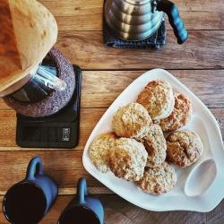 """Pabūkite kepėjais patys! Tų kepėjų įkūrėja @lauradonele dalinasi SCONES receptu ir idėja šeštadienio pusryčiams: """"scones iškepti taip paprasta, kaip blynus, ir pažadu, tapsite virtuvės žvaigždėmis per pusvalandį"""". Taigi, 8 britiškoms scones bandelėms pasiruoškite: - 330 gr. kvietinių miltų; - 30-50 gr rudojo cukraus (priklauso kaip saldžiai mėgstate); - žiupsnelį druskos; - šaukštelį vanilinio cukraus; - 2 šaukštelių kepimo miltelių; - 80 gr šalto kubeliais pjaustyto sviesto; - 250 ml kefyro.  Įjunkite orkaitę ant 180 laipsnių padalos. Visus sausus produktus sumaišykite, sudėkite sviestą, greitais judesiais paspaudykite iki trupinių, supilkite kefyrą ir maišykite, kol masė sušoks į tešlą, svarbiausia nepersistengti maišant, likę sviesto gabalėliai suteiks bandelėms purumo. Iškrėskite tešlą ant miltuoto stalo arba sviestinio popieriaus, suplokite iki 2-3 cm storumo lakšto (nenuploninkite) ir išspauskite puodeliu ar formele apskritimus arba supjaustykite trikampiais. Viršų galite pabarstyti stambiu cukrumi arba druskos dribsniais. Išdėliokite į skardą ir kepkite apie 20 min. - kol švelniai paruduos. Kol scones kepa - pasiruoškite užtepėles - idealiai tinka sūri karamelė, džemai, riešutų sviestai, praliné, tvirtesnis jogurtas, sūriai. Pusryčių puota garantuota! Ir būtinai papasakokite, kaip pavyko ir ar norite daugiau 🥯🍰🧁 receptų? #scones #savaitgaliodžiaugsmai #tiekepejai #tilto6 #kepimodžiaugsmai #genialumaspaprastume #tiknaturalusproduktaiirniekodaugiau #sūrikaramele #riešutusviestas #pusryčiųklubas #praliné"""