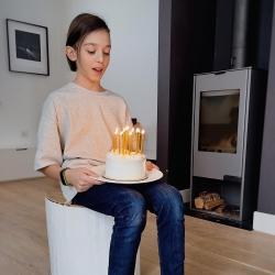 KARANTINO GIMTADIENIS NAMUOSE. Kai negali pakviesti į svečius draugų ir senelių, visdar gali pakviesti į svečius tortą ir sugalvojęs norą užpūsti žvakutes. Viską, ko reikia gimtadienio torto ritualui rasi: - mūsų studijoje adresu Tilto g. 6; - mūsų el. parduotuvėje www.kepejai.lt (galėsi pasirinkti pristatymą ar atsiėmimą norimai datai); - programėlėje @wolt.lietuva . O mes linkime, kad visi sugalvoti norai pučiant žvakutes, išsipildytų 🎂🥳 #gimtadieniotortas #tilto6 #desertupristatymas #braškinistortas #ovothingscandles #tiknaturalusproduktaiirniekodaugiau