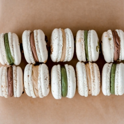 Pistacijų, žemės riešutų ar pieniško šokolado macaronsą pasirinktų tavo Bosas ar Bosė? Boso dienai prikepėme įvairių skonių macaronsų ir keksiukų rinkinių, tad tikrai pataikysi net į išrankiausio Boso arba Bosės skonį! Pasimatykime studijoje Tilto g. 6 arba nusiųsk saldžių linkėjimų Bosui per www.kepejai.lt ar @wolt.lietuva  #bosodiena #spalio16 #tiekepejai #skanidovana #tilto 6 #tiknaturalusproduktaiirniekodaugiau