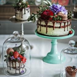 """Kas geriau nei tortas? Žinoma, kad trys tortai! Jeigu turi klausimų, susijusių su desertu tavo šventei - pakalbėkime el. paštu laura@kepejai.lt, taip pat """"pakviesti"""" tortą į savo šventę galite ir mūsų el. parduotuvėje www.kepejai.lt #vestuvinistortas #gimtadieniotortas #tilto6 #desertųstalas #tiknaturalusproduktaiirniekodaugiau"""